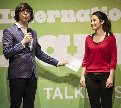 Alba Tarrío, bióloga coruñesa de 26 años, se clasificó para al final nacional de monólogos científicos «FameLab» tras imponerse en la semifinal celebrada en Barcelona y que presentó Luis Piedrahíta.