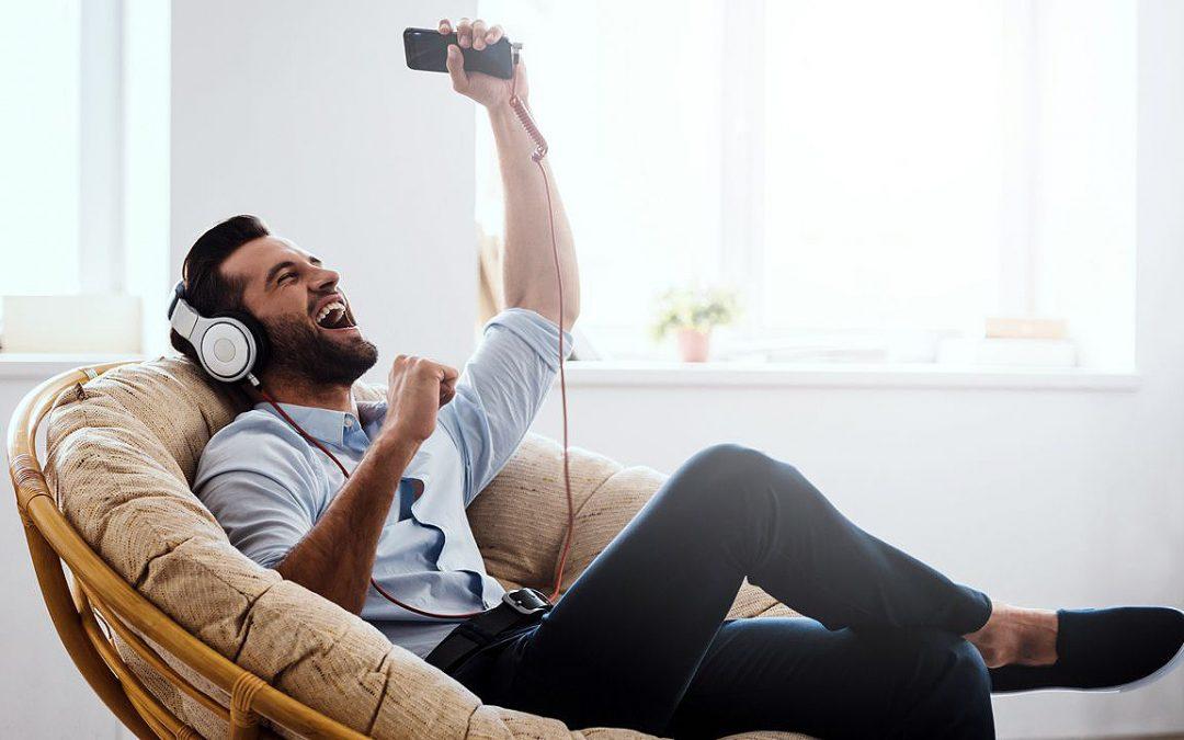 Jóvenes cada vez más sordos: el peligro de escuchar música con el móvil Los otorrinos advierten que las nuevas generaciones perderán audición a los 40 años en vez de a los 60