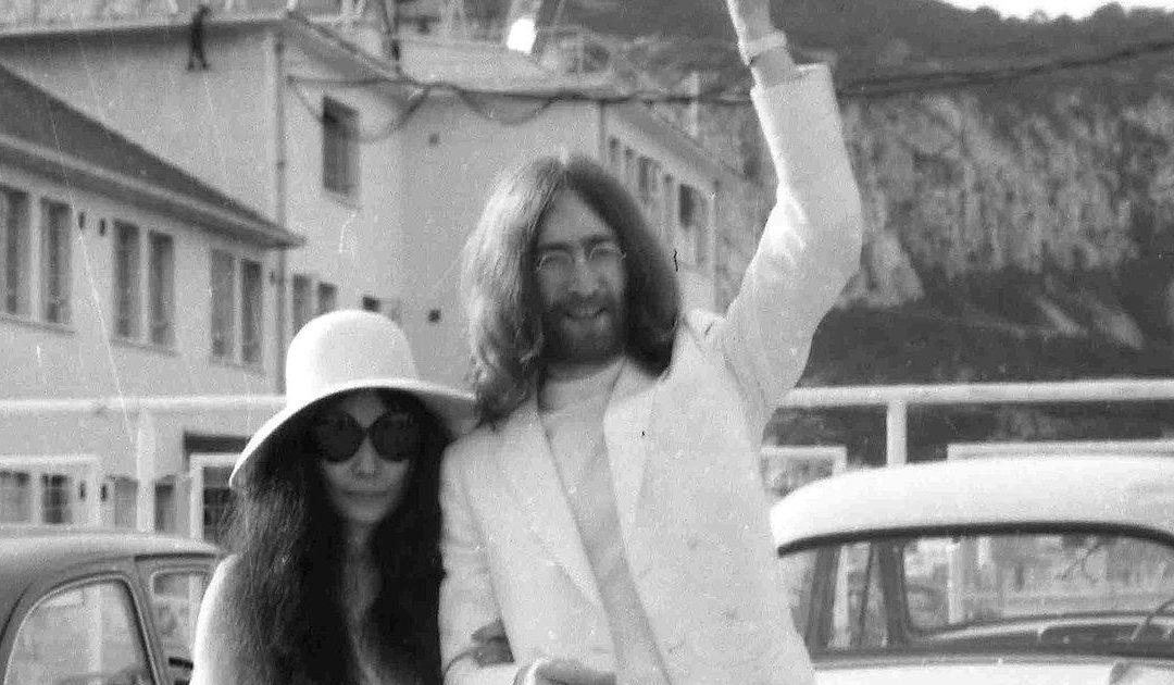 John Lennon y Yoko Ono, una artista plástica japonesa, se fueron a Gibraltar en 1969 y se casaron por sorpresa