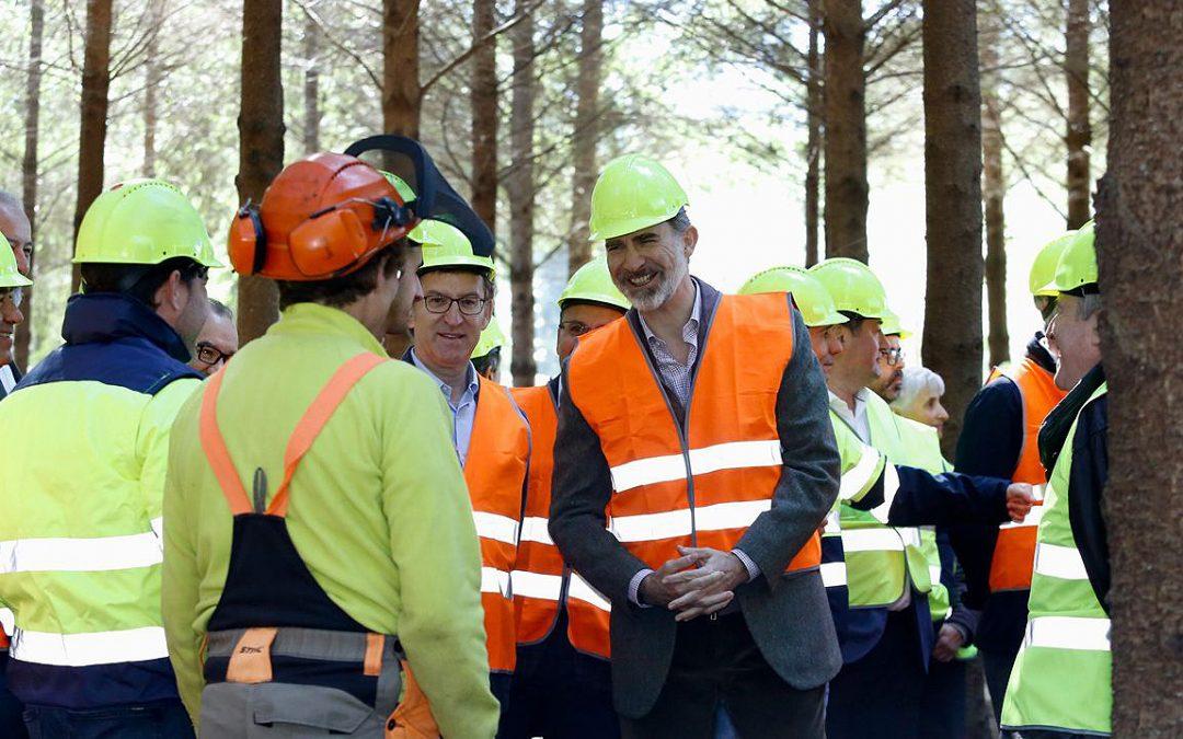 El rey disfruta del bosque gallego y conoce el lado sostenible de las talas Acudió a una jornada con charlas y paseos prácticos en un centro de Boqueixón