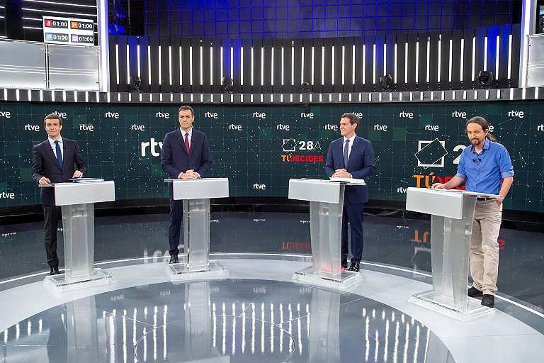 Cataluña e os pactos quentan o debate Sánchez sae vivo do ataque frontal que lle expoñen Casado e Rivera, aínda que non aclara se está disposto a pactar cos secesionistas, mentres Iglesias ofrécelle un Goberno de coalición