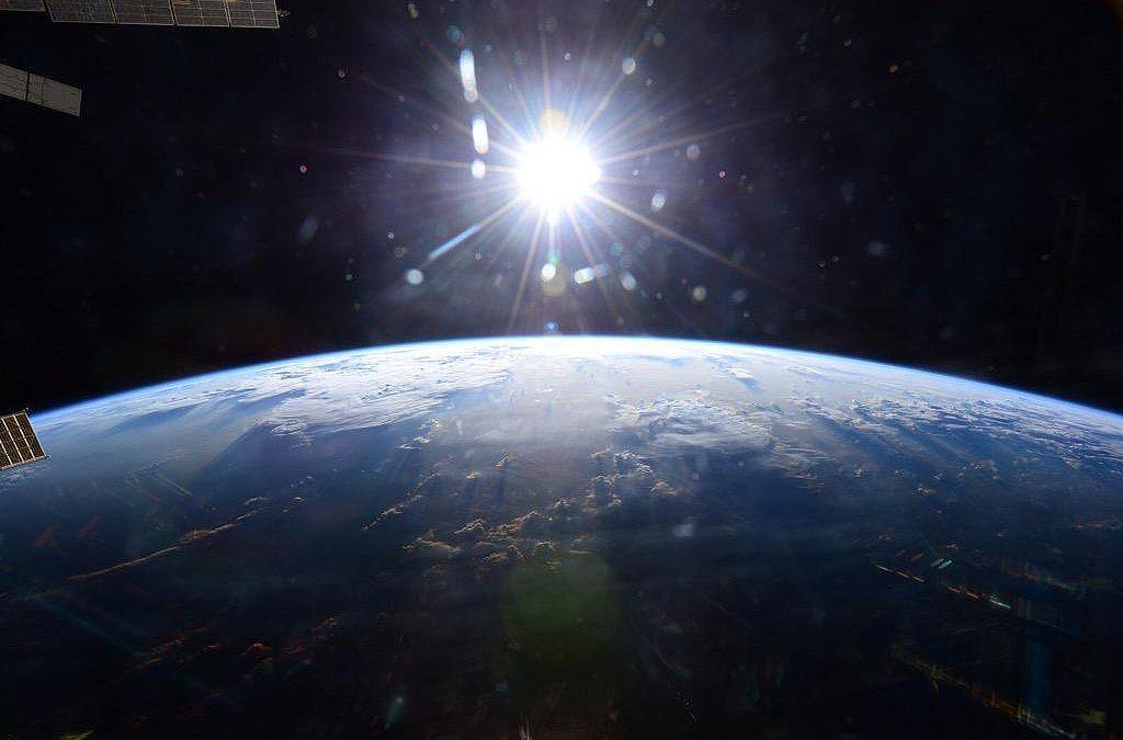 Sé que puede parecer muy tonto pero, nuestro cielo es azul, ¿por qué el universo es de color negro, si nuestro cielo es color azul?, ¿la luz del sol tiene algo que ver? Karla, 12 años