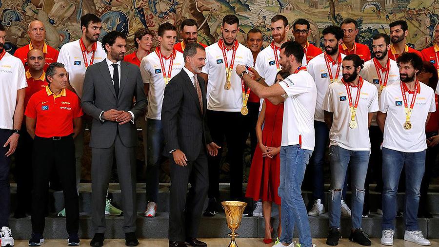 Os reis reciben en Zarzuela aos campións do mundo de baloncesto Rudy Fernández colgou ao pescozo de Felipe VI unha das medallas de ouro que lucían tamén todos os xogadores, ante o que o monarca chanceou sinalando que lle daba algo de vergoña