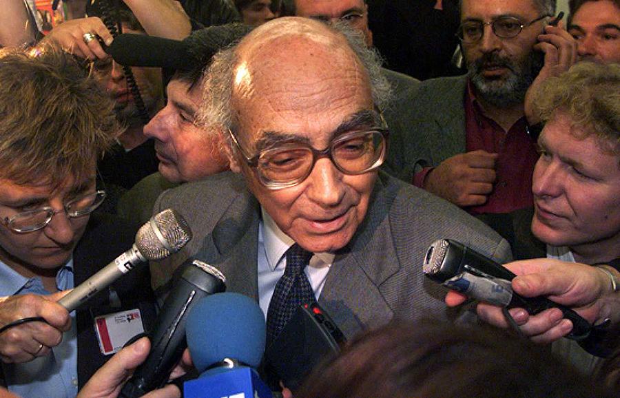 El escritor de vocación tardía José Saramago se convirtió en el primer portugués en conseguir el Premio Nobel de Literatura