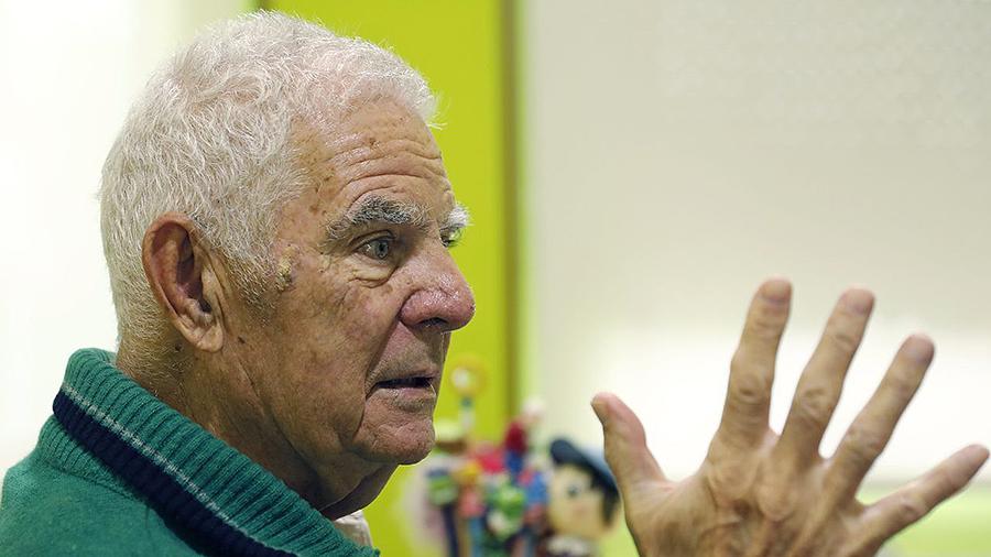A enciclopedia no peto: «Eu aprendín lendo mentres levaba ás vacas ó monte» Ramón Paradela, de 89 anos, mantén vivos na súa memoria os versos de Curros tras unha infancia sen apenas estudos