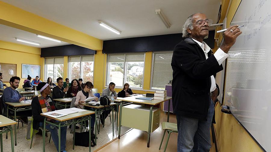 Lecciones para la integración: profesores de Burela asisten a clases sobre Cabo Verde Un destacado profesor criollo, Antonio Firmino, forma a docentes para acercarlos a la cultura de sus alumnos africanos