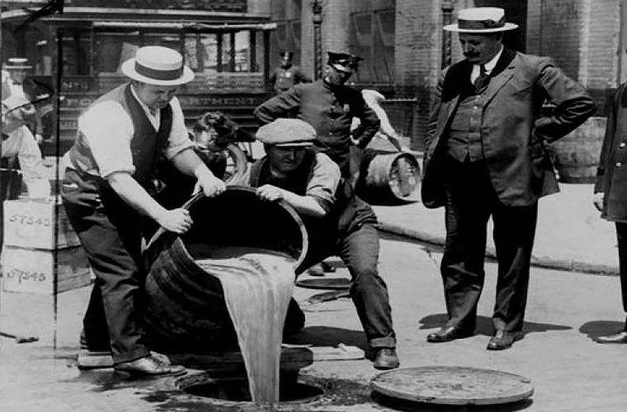 A famosa Lei Seca de Estados Unidos entrou en vigor neste día de 1920, pero xerou un mundo clandestino de mafioso, violencia e crimes