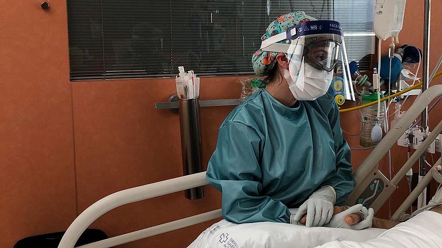 Rebeca, enfermera del Chuac: «Nos acordamos de la cara y el nombre de cada paciente fallecido con covid» Enfermera de la primera uci habilitada para combatir el virus en el Chuac, reconoce que nunca imaginó lo que ha vivido