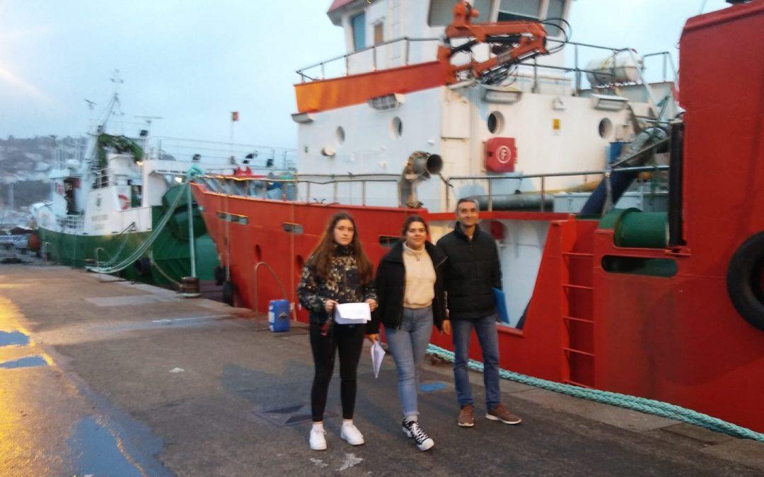Cómo un reportaje puede afianzar el conocimiento teórico en Economía Dos alumnas del IES de Muros aplican la teoría del mercado a la actividad del puerto local