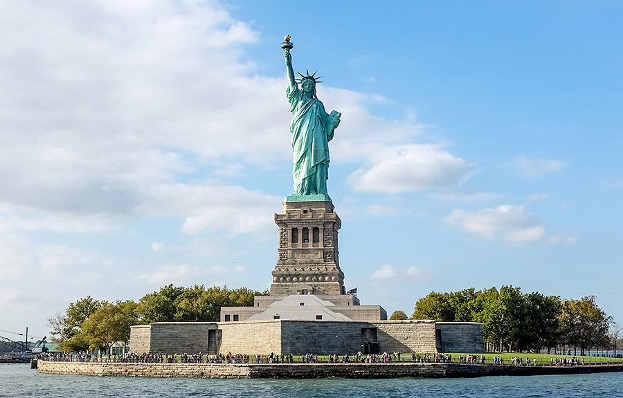 La Estatua de la Libertad, regalo de Francia a Estados Unidos, fue inaugurada a la entrada de Nueva York en el año 1886