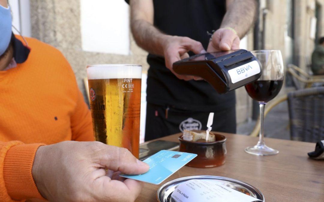 ¿Qué son las tarjetas de débito? Los adultos tienen una o varias, y sirven para pagar productos y servicios, pero ¿cómo funcionan?