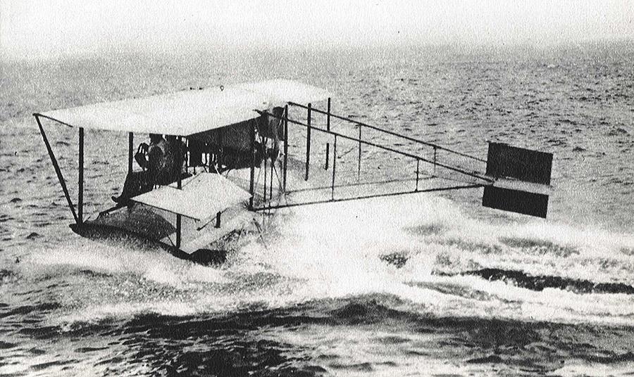 Glenn Curtiss consiguió despegar del agua y volver a amerizar en ella con un avión provisto de flotadores en 1911
