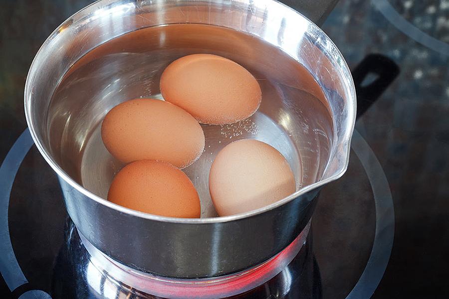 ¿Por qué si pones un huevo en agua hirviendo se endurece y si pones una patata se ablanda? Carmen