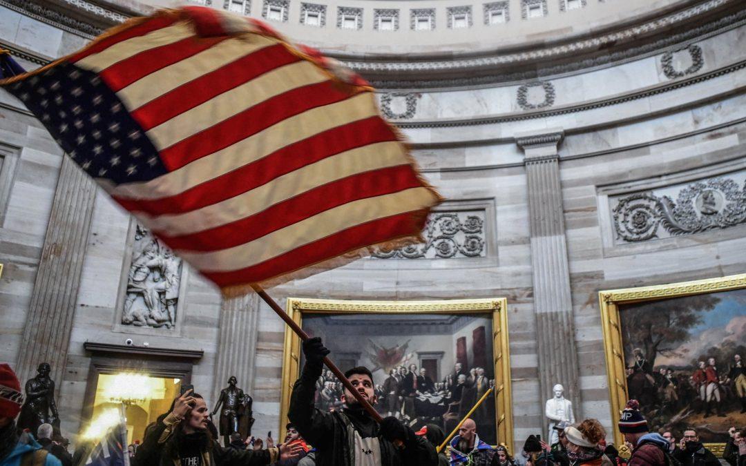 Asalto a la democracia en EE. UU. Fanáticos de Donald Trump invaden el Capitolio para frenar por la fuerza el cambio de presidencia