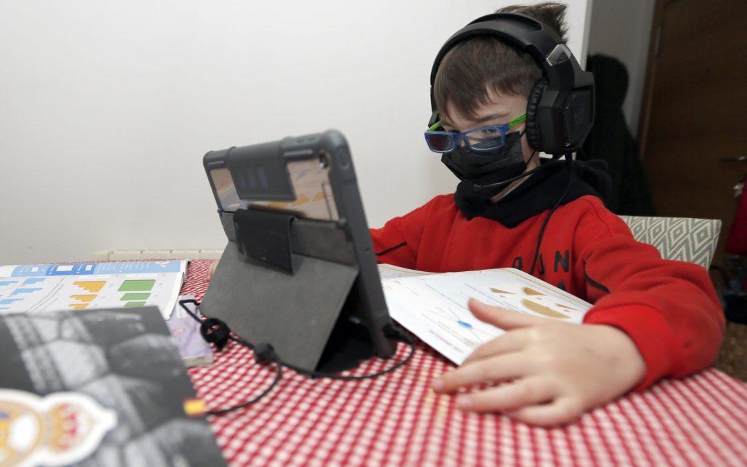 ¡Te pasas el día pegado a las pantallas! La pandemia ha provocado que aumentara el tiempo que los menores de edad pasan enganchados a los medios tecnológicos