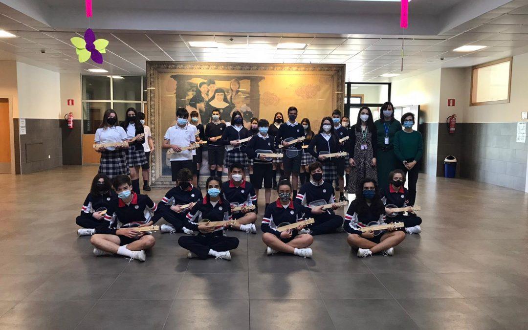 Alumnos que fabrican y tocan sus propios ukeleles El colegio Miraflores, de Ourense, realizó un proyecto interdisciplinar con la música de fondo