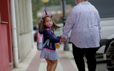 «Mi hija estaba desesperada por volver al colegio. Necesitan socializar» Primer día con madrugón, bus, clases, comedor... Y siempre con mascarilla